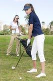 Les beaux joueurs de golf parlant pendant un golf jouent photos stock
