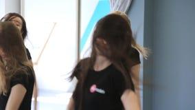 Les beaux modèles avec de longs cheveux dansent dans la salle de bal dans le temps de jour clips vidéos