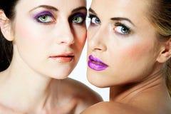 Les beaux modèles de mode avec complètement composent. Photos stock