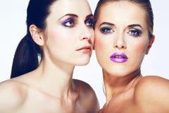 Les beaux modèles de mode avec complètement composent. Photographie stock