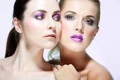 Les beaux modèles de mode avec complètement composent. Photographie stock libre de droits