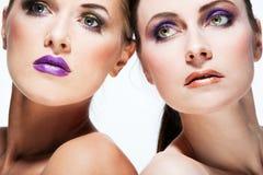 Les beaux modèles de mode avec complètement composent. Photo stock