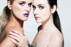 Les beaux modèles de mode avec complètement composent. Image libre de droits