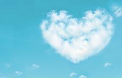 Les beaux nuages au coeur forment sur le ciel bleu Concept de nature d'amour Images stock