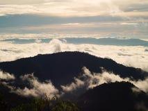 Les beaux nuages dans le ciel forment le dessus de la montagne Photos stock