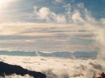 Les beaux nuages dans le ciel forment le dessus de la montagne Photos libres de droits