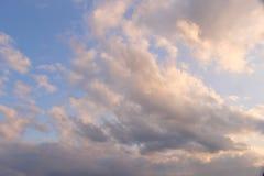 Les beaux nuages ont teinté avec le rose au coucher du soleil images libres de droits