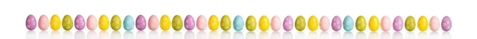 Les beaux oeufs colorés lumineux pour les vacances de Pâques ont isolé image libre de droits