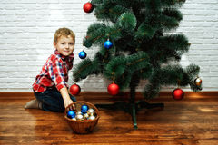 Les beaux petits enfants décorent l'arbre de Noël Joyeux Noël Images stock