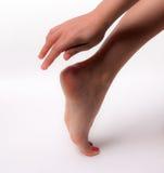 Les beaux pieds avec la station thermale parfaite clouent la pédicurie sur le fond blanc Images libres de droits