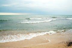 Les sables échouent et des ondes de cristal - les eaux bleues claires Image libre de droits