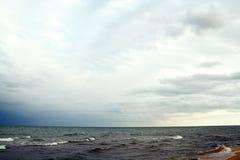 Les sables échouent et des ondes de cristal - les eaux bleues claires Photo stock