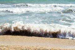 Les sables échouent et des ondes de cristal - les eaux bleues claires Images stock