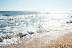 Les sables échouent et des ondes de cristal - les eaux bleues claires Images libres de droits