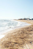 Les sables échouent et des ondes de cristal - les eaux bleues claires Image stock