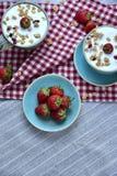 Les beaux smoothies de vegan roulent dessus avec le dessert de fraises images libres de droits