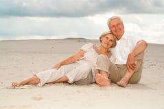 Les beaux vieux couples apprécient la brise marine Photo stock