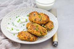 Les beignets végétariens de quinoa, de carotte, de coriandre et d'oignon vert ont servi avec du yaourt du plat, l'espace de copie Photos libres de droits