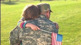 Les belles étreintes émouvantes de la petite fille avec son père militaire sont revenues banque de vidéos