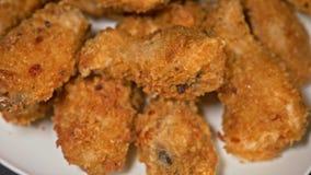 Les belles ailes de poulet cuites juteuses fraîches fraîches dans le panage tournent sur la plaque tournante Ailes de Buffalo rép banque de vidéos