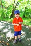 Les belles 2 années de garçon d'enfant en bas âge marche en été Photos stock