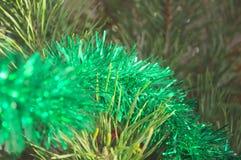 Les belles décorations miroitent la couleur sur l'arbre avant les vacances Images stock