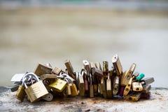 Les belles et colorées serrures d'amour attachées ensemble pour l'amour souhaite dans un pont dans des Frances de Paris Image stock