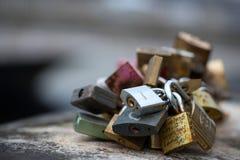 Les belles et colorées serrures d'amour attachées ensemble pour l'amour souhaite dans un pont dans des Frances de Paris Photographie stock