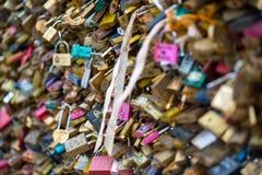 Les belles et colorées serrures d'amour attachées ensemble pour l'amour souhaite dans un pont dans des Frances de Paris Image libre de droits