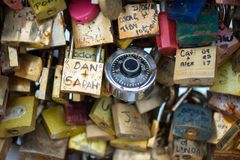Les belles et colorées serrures d'amour attachées ensemble pour l'amour souhaite dans un pont dans des Frances de Paris Photos libres de droits