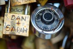 Les belles et colorées serrures d'amour attachées ensemble pour l'amour souhaite dans un pont dans des Frances de Paris Photos stock