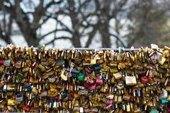 Les belles et colorées serrures d'amour attachées ensemble pour l'amour souhaite dans un pont dans des Frances de Paris Images libres de droits