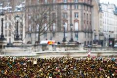 Les belles et colorées serrures d'amour attachées ensemble pour l'amour souhaite dans un pont dans des Frances de Paris Images stock