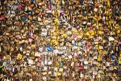Les belles et colorées serrures d'amour attachées ensemble pour l'amour souhaite dans un pont dans des Frances de Paris Photo libre de droits