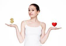 Les belles femmes choisissent entre l'amour et l'argent Photographie stock libre de droits