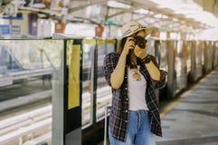 Les belles femmes prennent des photos tout en attendant les WI de train images libres de droits
