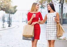 Les belles filles avec des paniers marchent par la ville Photos libres de droits