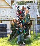 Les belles filles dans l'uniforme militaire avec le paintball lance image stock