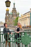 Les belles filles sont sur le pont italien à travers le Griboyedov Cana photos libres de droits