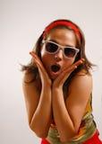 les belles glaces exposent au soleil les jeunes s'usants de femme Photographie stock
