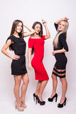 Les belles jeunes femmes dans la nuit habille la pose au-dessus du blanc Photo libre de droits