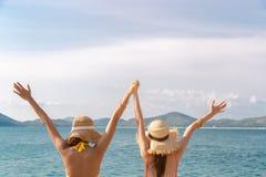 Les belles jeunes femmes tenant des mains, augmentent remet ensemble Ils sont ami et toujours amour voyageant ensemble quand ils  photo stock