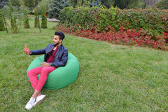 Les belles jeunes prises arabes d'homme dans le téléphone portable de mains, appelle Image stock