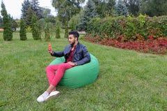Les belles jeunes prises arabes d'homme dans le téléphone portable de mains, appelle Photo stock