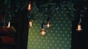 Les belles lampes à incandescence de vieille école décorent la salle Objecte l'antiquité stylisée clips vidéos