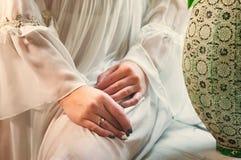 Les belles mains d'une femme dans la longue douille en soie blanche s'habillent photo libre de droits