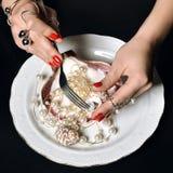 Les belles mains de femme avec le modèle rouge polissent des ongles manucurés photos stock