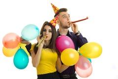Les belles paires merveilleuses gaies célèbrent des klaxons de coup d'anniversaire et porter beaucoup de boules Photo libre de droits