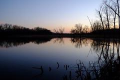Les belles réflexions des arbres dans le lac arrosent Photo stock