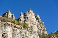 Les belles roches avec le métal croisent sur le dessus Image libre de droits